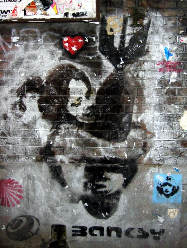 Banksy - de graffiti waar de print Bomb Hugger op is gebaseerd